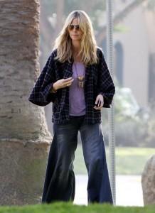 Heidi Klum a parkban is ultra trendi ruhában relaxál (fotó: Levi's)