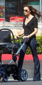 Victoria Beckham: trendi babakocsi, anya trendi tarpézban (fotó: Levi's)